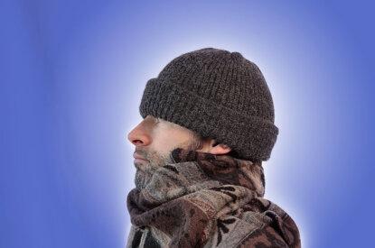 Mann mit Muetze und Schal