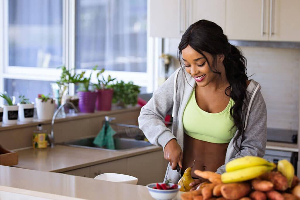 Sportlerin bereitet Essen zu