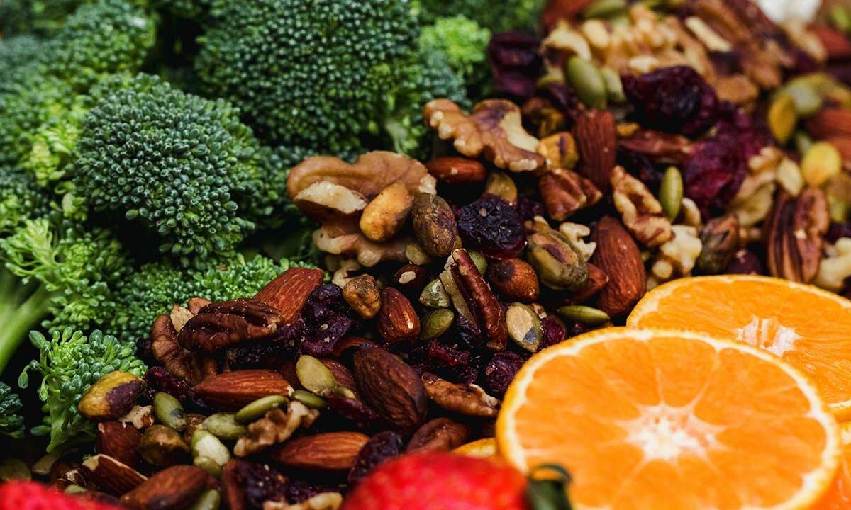 Gemuese mit Obst und Nuessen