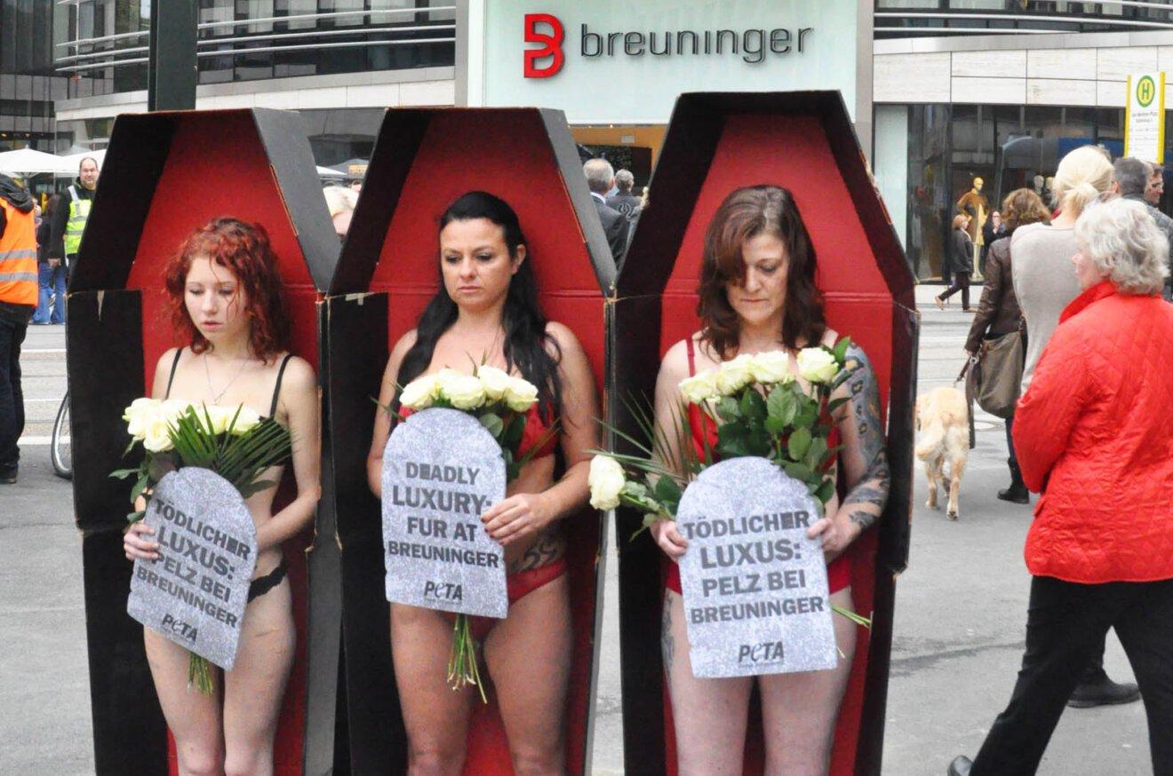 Demonstranten in Saergen zum Aufruf gegen Pelz