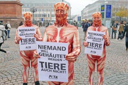 menschen in einem anzug mit plakaten in der hand