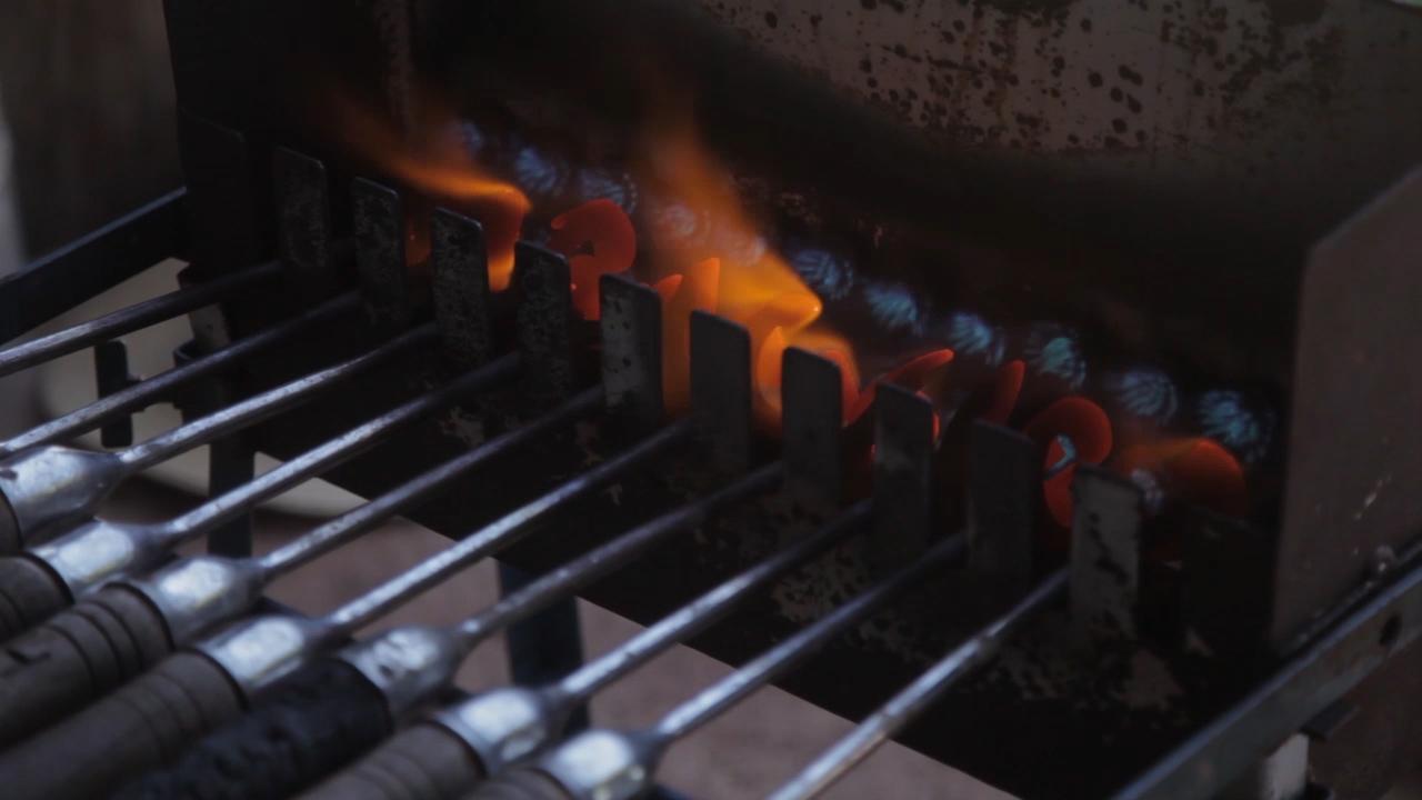 Brandeisen wird heiss gemacht