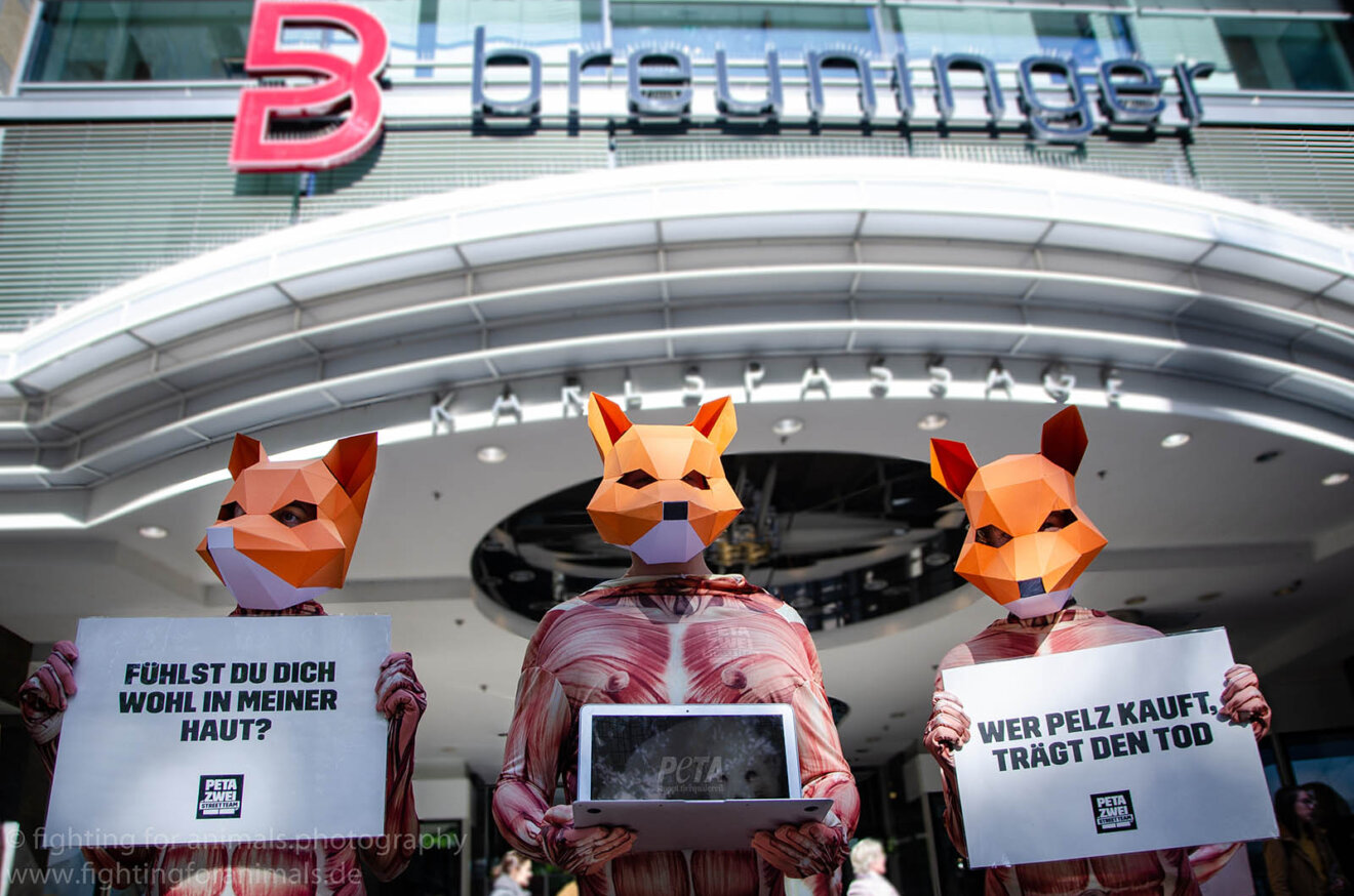 Demonstration gegen Pelz vor Breuninger