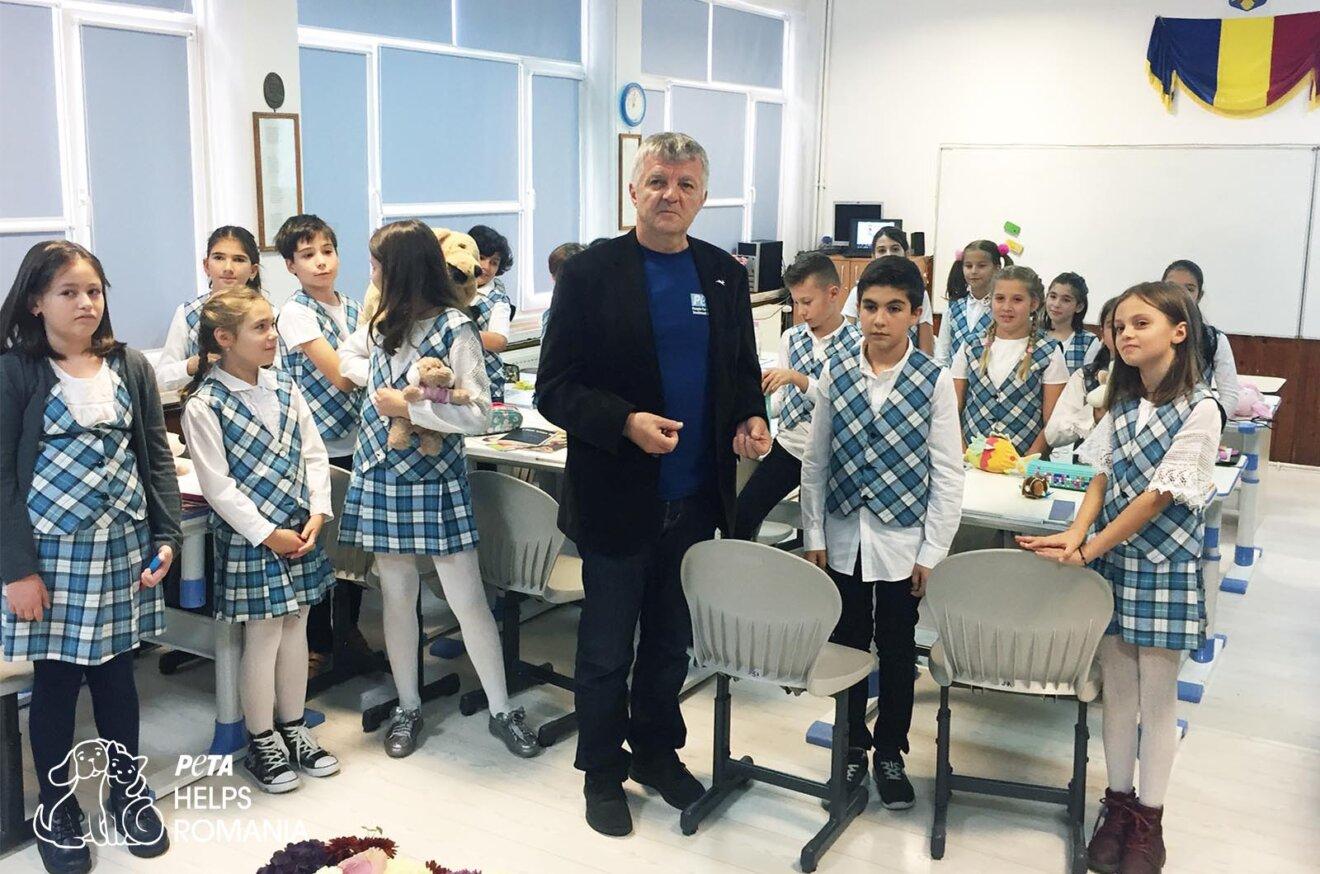 Klassenzimmer mit Schuelern