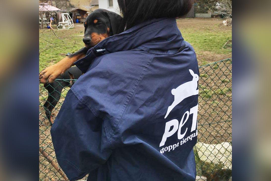 PETA Mitarbeiterin mit Welpen auf dem Arm