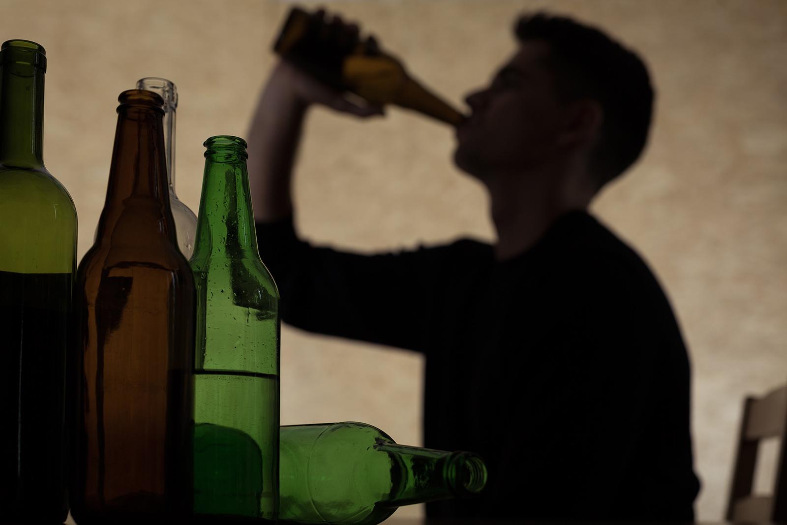 schatten von einem mann wie er trinkt