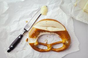 Buttermesser und Brezel