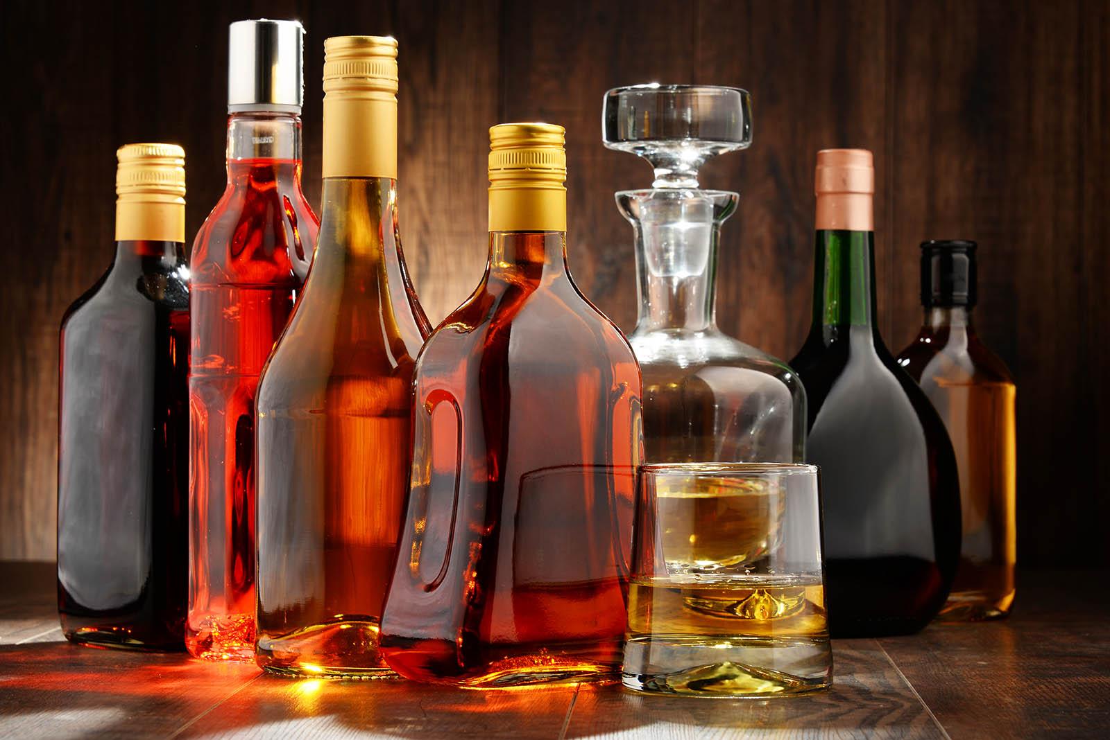 verschiedene flaschen auf einem tisch
