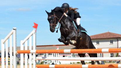 frau reitet ein pferd