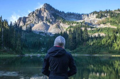 Person steht vor einem See