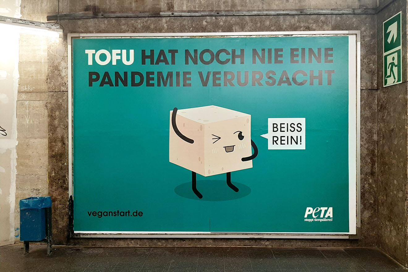 """""""Tofu hat noch nie eine Pandemie verursacht"""" – PETA-Plakat-Aktion"""