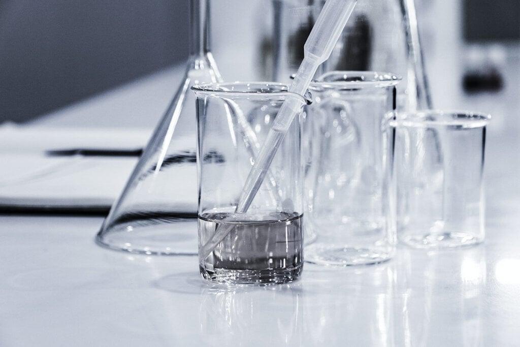 Verschiedene Reagenzgläser auf Labortisch