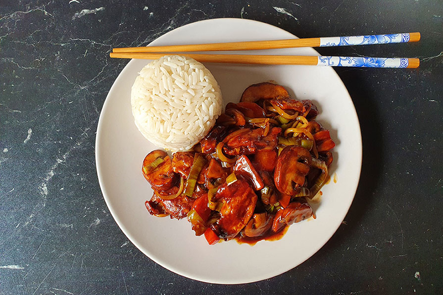 Veganes Chop Suey – einfaches Rezept mit veganem Hühnchen