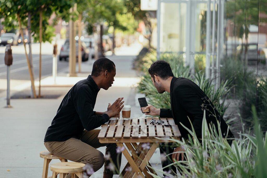 Männer im Gespräch