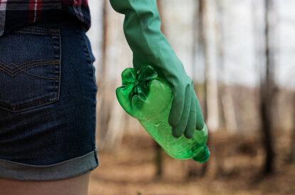 Person mit Müll in der Hand