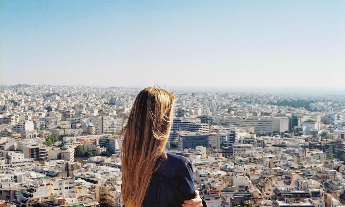 Frau mit Stadtausblick