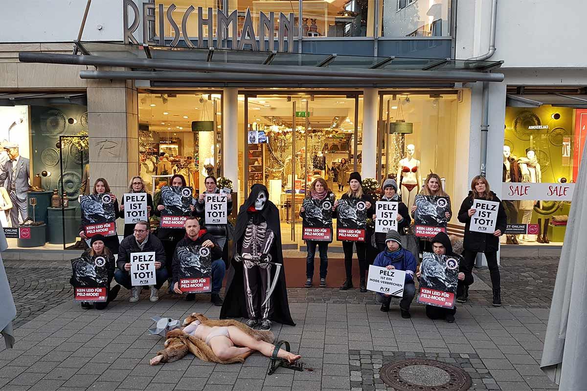 Demonstration gegen Pelz vor Kleidungsgeschaeft