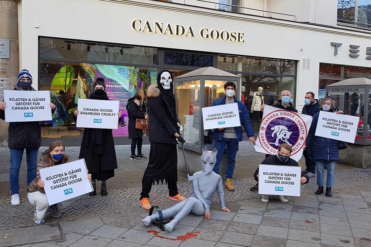 Demonstration gegen Pelz vor Canada Goose Geschaeft