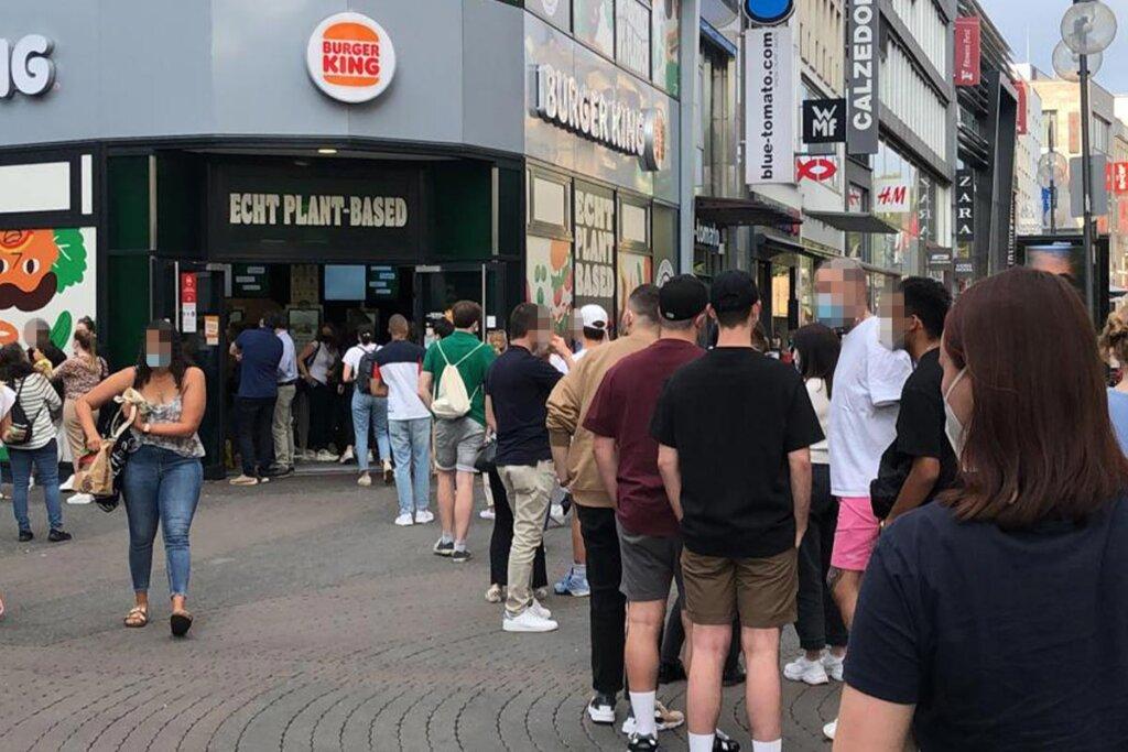 Menschen vor Burger King Pop-Up-Store Köln