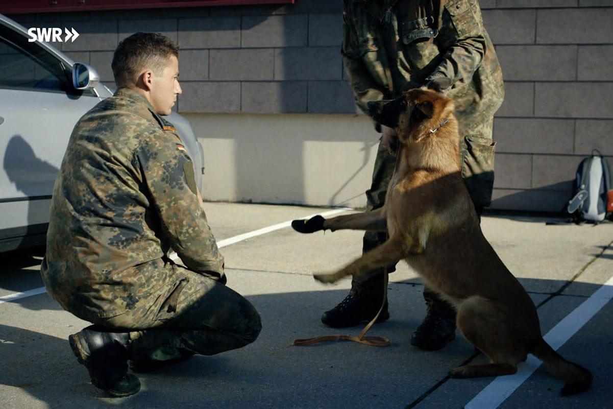 zwei soldaten und ein hund