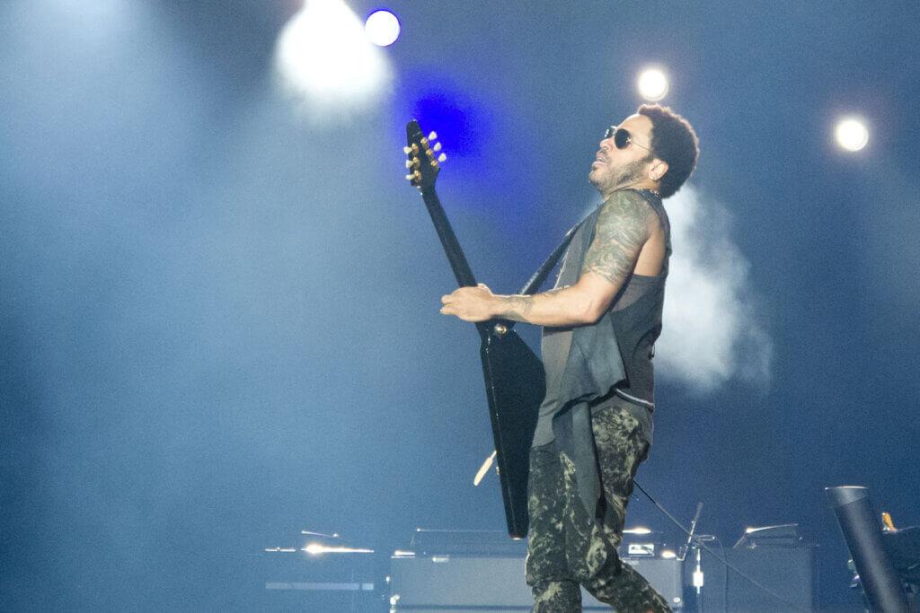 Lenny Kravitz spielt Gitarre