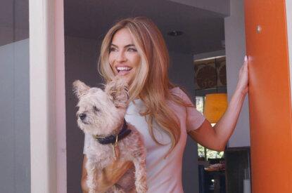 Chrishell Stause mit Hund im Arm