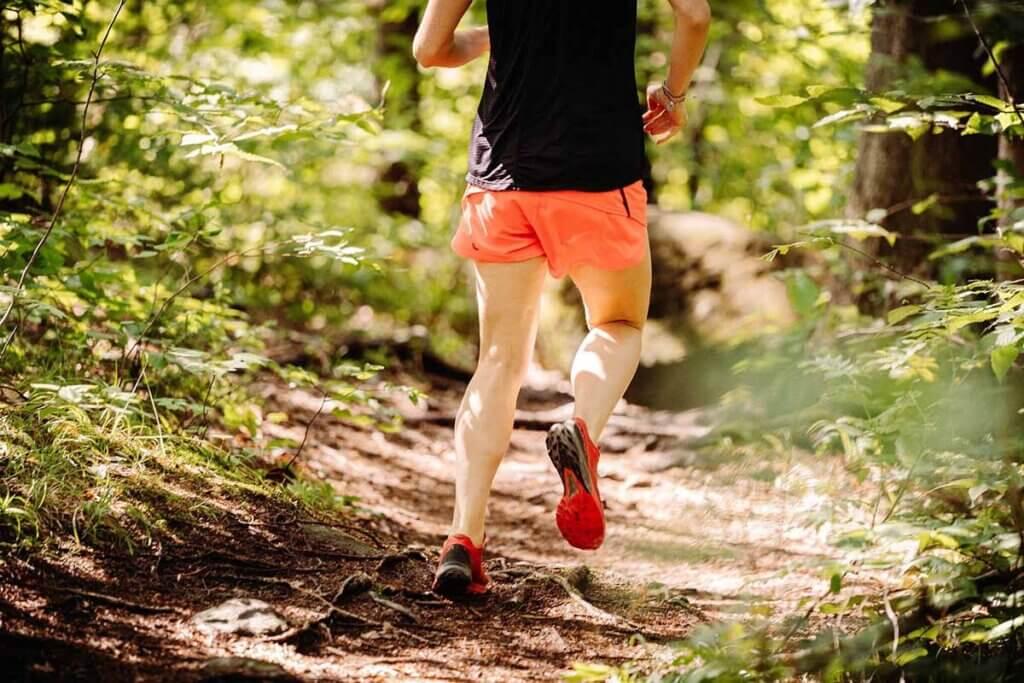 mann joggt im wald